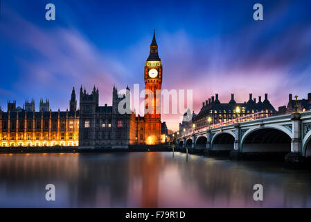 Big Ben und Westminster Bridge in der Dämmerung, London, UK - Stockfoto