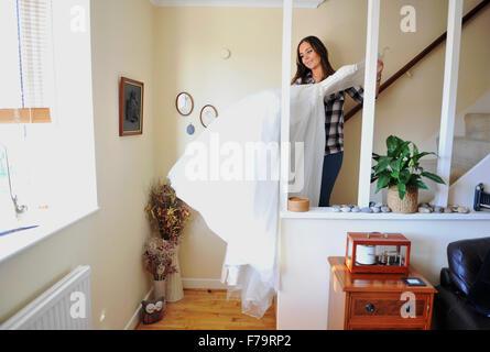 Junge Frau der 20er Jahre mit weißen Brautkleid die Treppe hinunter - Stockfoto