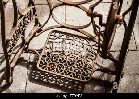 antiker tisch n hmaschine mit fu pedal und stuhl pfad. Black Bedroom Furniture Sets. Home Design Ideas