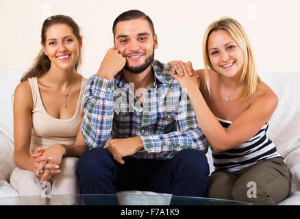 Moderne polygamen Familienglück mit einem Mann und zwei Frauen - Stockfoto