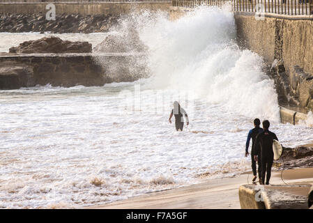 3 Surfer entlang Sound mit brechenden Wellen, Cascais, Portugal - Stockfoto