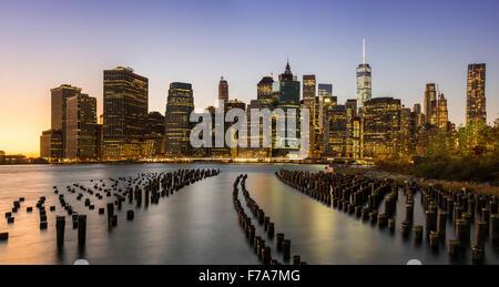 Panoramablick über die Skyline von Lower Manhattan in der Dämmerung aus Brooklyn Bridge Park, Brooklyn, New York, USA