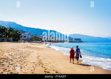 Paare, die am Strand von Puerto Vallarta, Mexiko in die Bucht von Banderas - Stockfoto