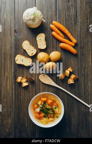 Gemüsesuppe in weiße Schüssel auf Holztisch - Stockfoto