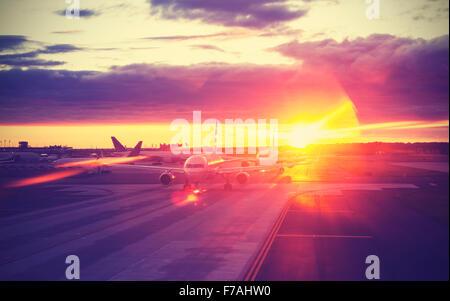 Vintage gefilterte Bild des Flughafens bei Sonnenuntergang, Reisekonzept, lens Flare-Effekt. - Stockfoto