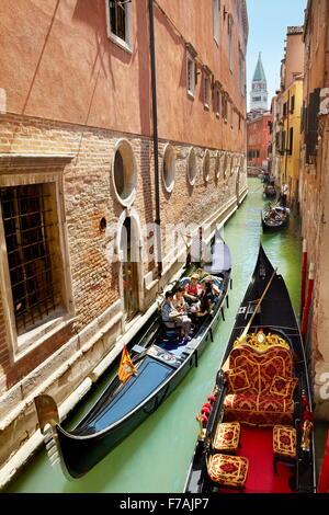 Touristen in der Gondel erkunden venezianischen Kanal, Venedig, Veneto, Italien, UNESCO