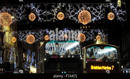 Brighton UK bekommen 27. November 2015 - Passagiere auf diesem Bus eine Nahaufnahme vom oberen Deck der Weihnachtsbeleuchtung - Stockfoto