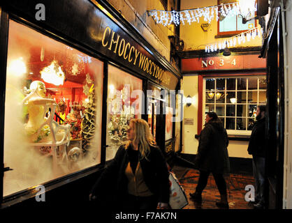 Brighton uk 27. November 2015 - die Käufer in den choccywoccdoodah Chocolatier shop Blick in den Gassen Brighton - Stockfoto