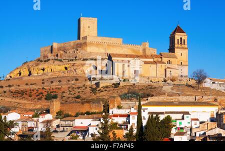 Sonnige Aussicht auf Schloss und Kirche in Alcaudete. Andalusien, Spanien - Stockfoto