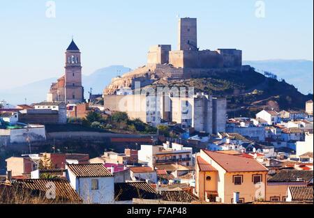 Tagesansicht des Alcaudete mit Schloss und Kirche. Provinz Jaen, Spanien - Stockfoto