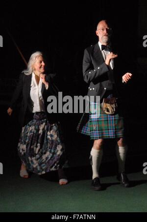 Mann im Kilt Tänze mit seiner Frau in St. Andrews, Schottland auf Freitag, 29. April 2011. - Stockfoto