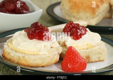 zwei Sahnescones mit Erdbeer-Marmelade - Stockfoto