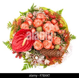 Rote Rosen mit Weihnachtsdekoration und Ornamenten auf weißem Hintergrund - Stockfoto