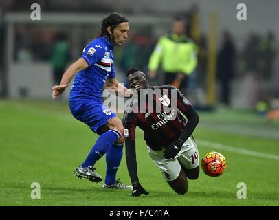 Mailand. 28. November 2015. AC Silvestre Niang (R) fällt während der italienischen Serie A Fußball Spiel AC Milan - Stockfoto
