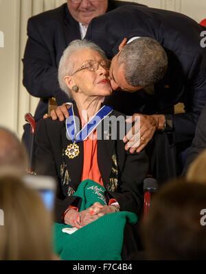US-Präsident Barack Obama küsst NASA Mathematiker Katherine Johnson auf die Wange nach der Vergabe ihr die Presidential - Stockfoto
