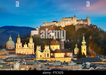 Luftaufnahme der Salzburger Altstadt, Schloss im Hintergrund, Österreich - Stockfoto
