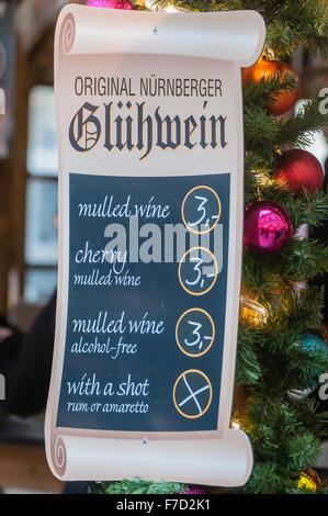 Zeichen mit Glühwein (Glühwein) zu einem Weihnachten kontinentalen Marktes in Belfast. - Stockfoto