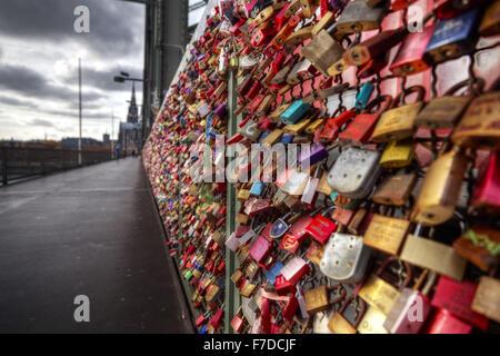 Liebesschlösser auf Hohenzollernbrücke, Köln, Deutschland, Europa - Stockfoto