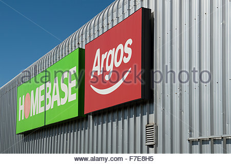 HomeBase und Argos Zeichen an der Seite ihres Gebäudes in Schafgarbe-Straße, Poole, Dorset - Stockfoto
