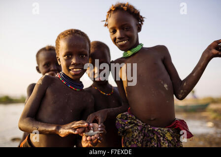 Kinder Angeln am Ufer des Turkana Sees, Dassanech Stamm, Omo-Tal, Äthiopien - Stockfoto