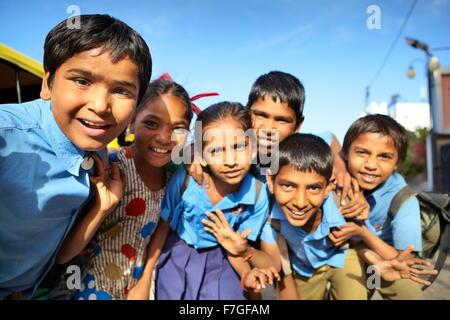 Porträt von Indien junge lächelnde Kinder aus Schule, Straße Szene, Jodhpur, Bundesstaat Rajasthan, Indien - Stockfoto