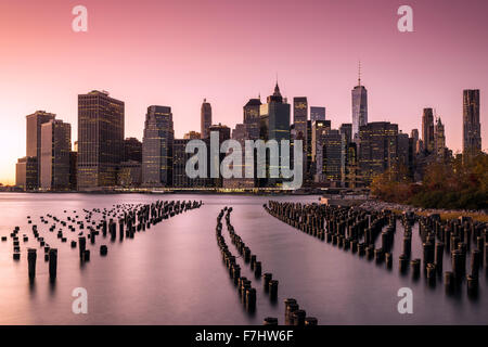 Lower Manhattan Skyline bei Sonnenuntergang vom Brooklyn Bridge Park, Brooklyn, New York, USA - Stockfoto