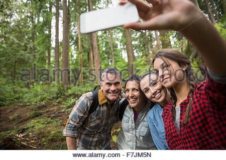 Familie Wandern nehmen Selfie in Wäldern - Stockfoto