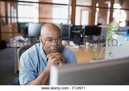 Ernst Kaufmann, arbeiten am Computer im Büro - Stockfoto