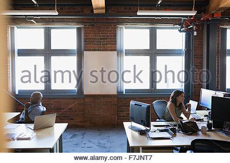 Geschäftsleute, die Arbeiten am Schreibtisch im Büro - Stockfoto