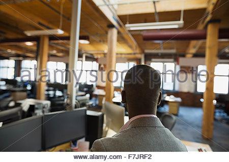 Geschäftsmann im Großraumbüro - Stockfoto