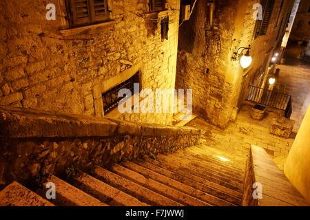 Sibenik, die alte Stadt Straße bei Nacht, Kroatien - Stockfoto