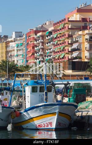 Fuengirola, Costa Del Sol, Provinz Malaga, Andalusien, Südspanien. Fischerboote im Hafen. - Stockfoto