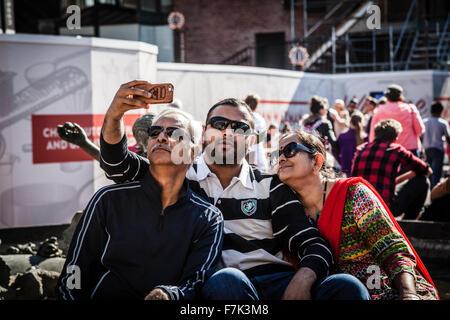 Familie Spaß Sonnenbrille & winkt eine Kamera unter Selfie - Stockfoto