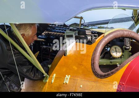 Pilot Rob Gauld-Galliers flog eine Reproduktion eines Albatros DVA WWI Flugzeuge im Ersten Weltkrieg Flugplatz zu - Stockfoto