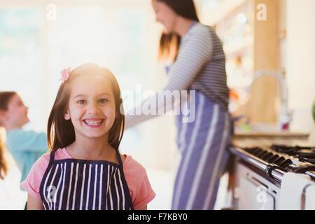 Porträt begeisterte Mädchen mit toothy Lächeln in Küche - Stockfoto