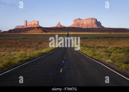 Route 163 zum Monument Valley bei Sonnenaufgang in Utah in der Nähe der Grenze zu Arizona, Navaho-Nation - Stockfoto