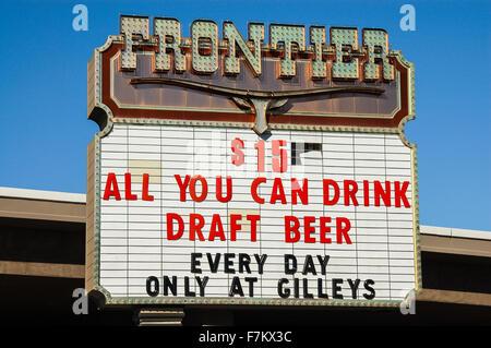 Neue Frontier Hotelschild am Las Vegas Boulevard, billiges Bier Werbung - Stockfoto