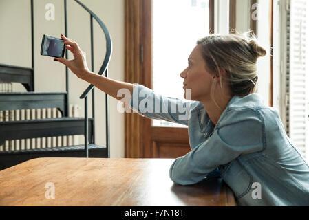 Frau nehmen Selfie mit smartphone - Stockfoto