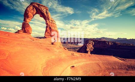 Vintage getönten Delicate Arch bei Sonnenuntergang, Utah, USA. - Stockfoto