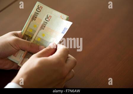 Hände, die fünfzig Euro-Banknoten zählen - Stockfoto