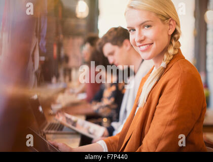 Porträt lächelnde blonde Frau mit digital-Tablette im café - Stockfoto