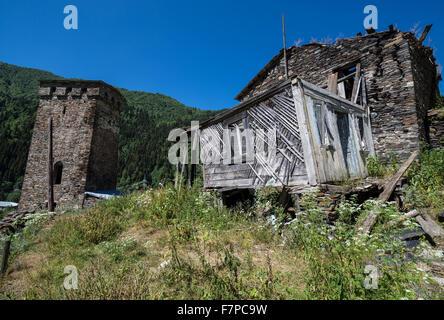 Svan-Turms im kleinen Dorf nahe der Straße von Mestia Stadt nach Ushguli-Dörfer-Gemeinschaft im oberen Svanetia - Stockfoto