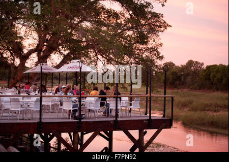 Das Skukuza Rest Camp Restaurant bei Sonnenuntergang.  Kruger National Park, Südafrika. - Stockfoto