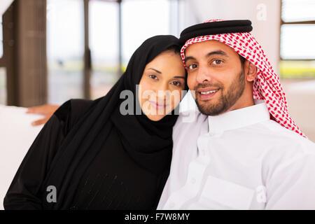 niedlichen jungen muslimischen Ehepaar zu Hause entspannen - Stockfoto