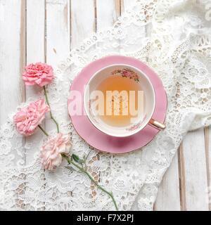 Tasse Tee mit Rosen und Spitze - Stockfoto