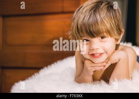 Bildnis eines Knaben lächelnd - Stockfoto