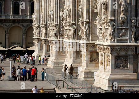 Der Blick auf die Fassade der Mailänder Dom aka Duomo, Mailand, Lombardei, Italien - Stockfoto