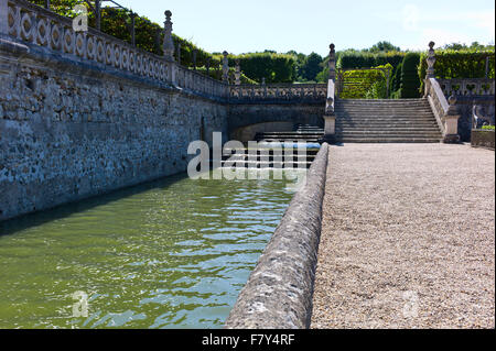 Ein Wassergraben des Wasser, angrenzend an die Gärten von Chateau de Villandry, Loiretal, Frankreich - Stockfoto