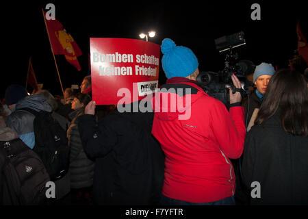 Berlin, Deutschland. 3. Dezember 2015. Demonstration gegen deutsche militärische Intervention in Syrien. - Stockfoto