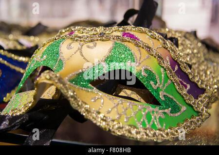 Traditionellen venezianischen Karneval Golden-grüne Maske auf dem Markt zum Verkauf in Venedig - Stockfoto